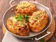 Рецепта Печени пълнени картофи с бекон, зелен лук, сметана и кашкавал на фурна